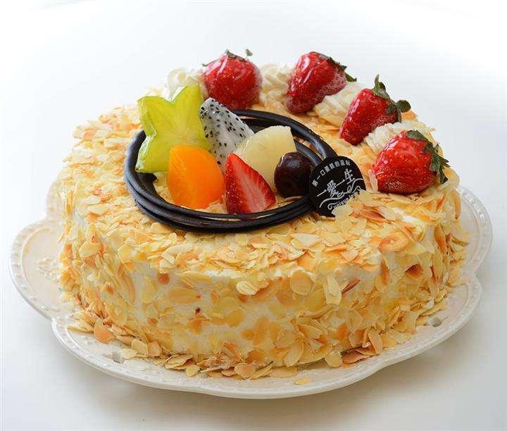 蛋糕全能培训: 课程内容:各种蛋糕摸胚、花边、花卉、欧式蛋糕、创意蛋糕、卡通蛋糕、私房蛋糕、慕斯蛋糕、蛋糕卷、纸杯蛋糕 课程特色:系统的裱花技巧,全面的蛋糕制作技能培训,涵括各种类型蛋糕,课程内容丰富,从理论到实践全程手把手教学。 培训对象:零基础,想系统全面学习蛋糕制作的学员,想创业开蛋糕店、面包坊、微店、工作室的学员,爱好烘焙,喜欢蛋糕制作的学员。